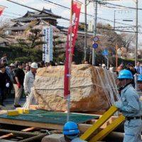 奈良県の郡山城跡で行われた「修羅引き」=4月
